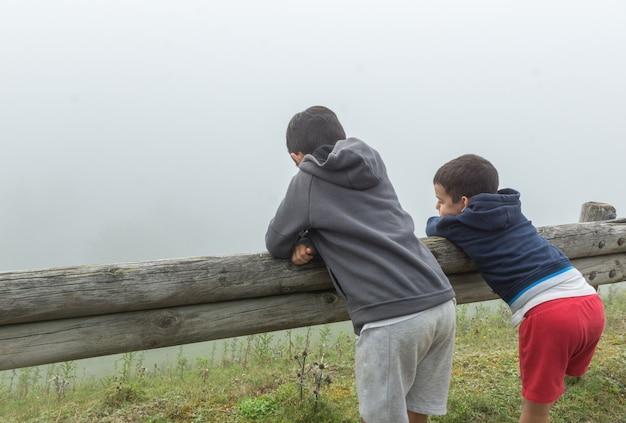 霧を見て背中に子供