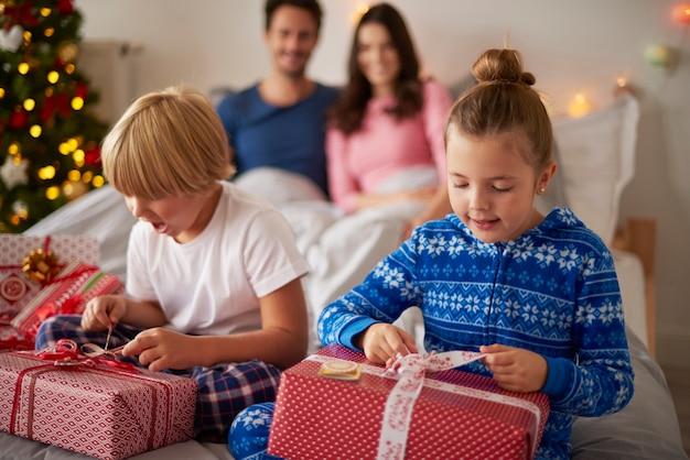 아침에 크리스마스 선물을 여는 아이들