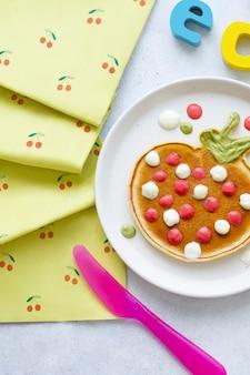 楽しいイチゴのような形をしたキッズパンケーキ朝食のおやつ