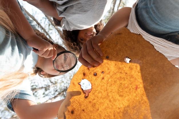 보물찾기에 참여하는 아이들
