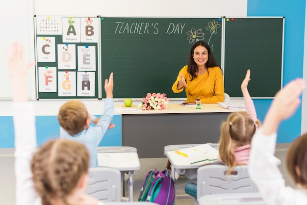 クラスで注意を払う子供
