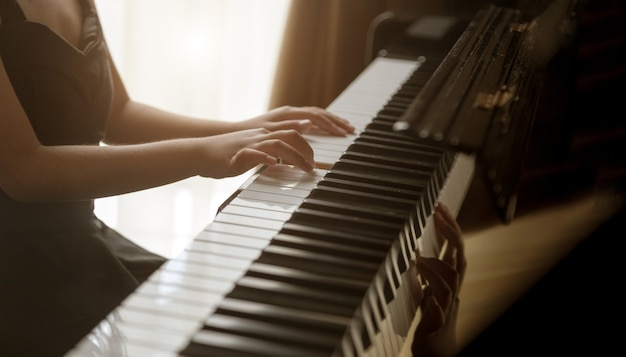 Дети играют на классическом пианино в романтический момент в размере баннера