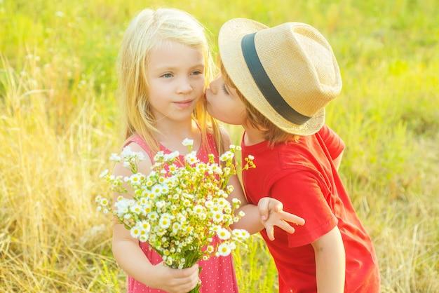 子供たちは秋の公園で遊ぶ。愛する。幸せな子供時代を遊んでいる子供。恋をしている小さな天使たち。お祭りアート