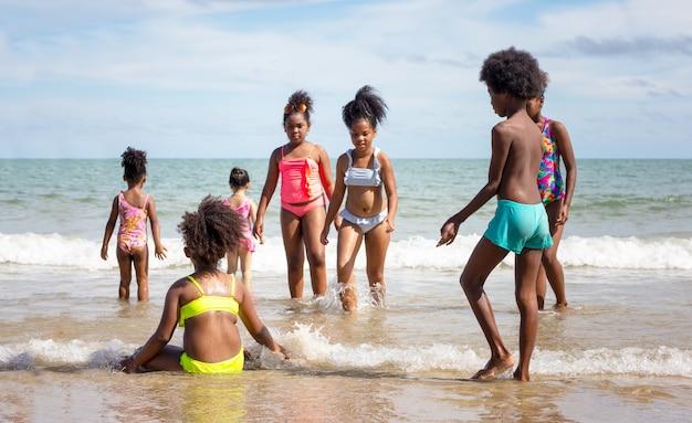 子供たちはビーチで遊ぶ