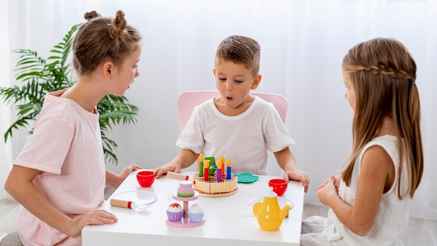 一緒に誕生日ゲームをしている子供たち