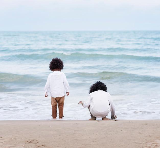 Дети играют на пляже