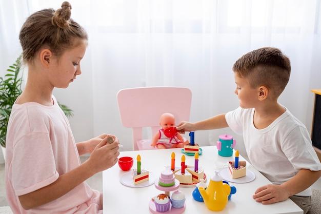 Bambini che giocano a un gioco di compleanno