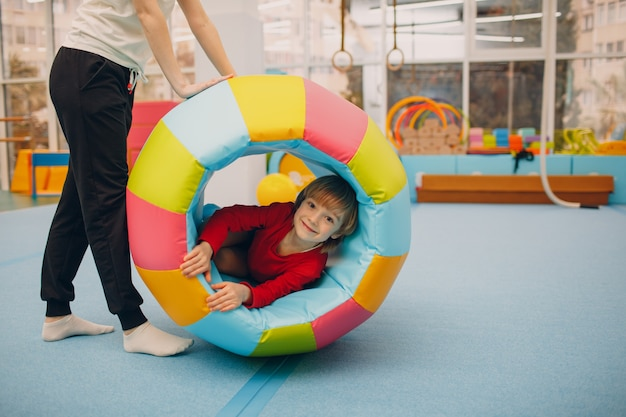 유치원이나 초등학교에서 체육관에서 노는 아이들. 어린이 스포츠 및 피트니스 개념.