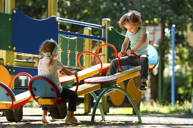 公園で一緒に遊ぶ子供たち