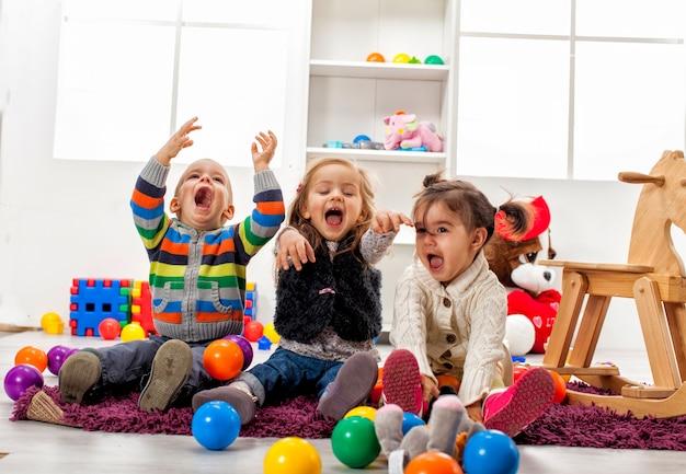 部屋で遊んでいる子供たち