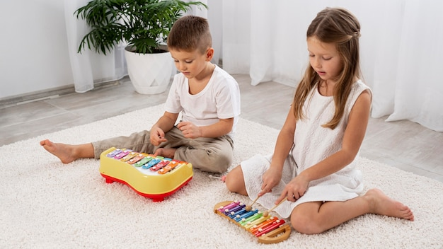 Bambini che giocano a un gioco musicale a casa