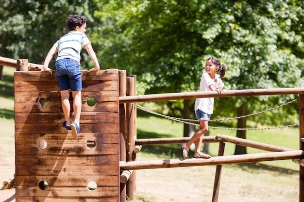 Дети играют на детской площадке катаются в парке