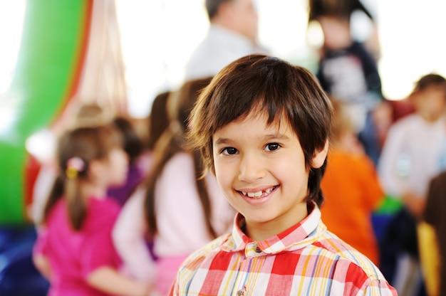 カラフルな幼稚園遊び場で遊ぶ子供たち