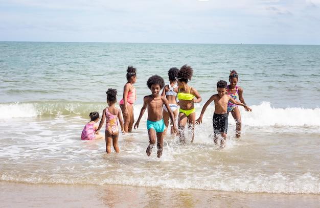 ビーチで砂の上を実行している子供たち