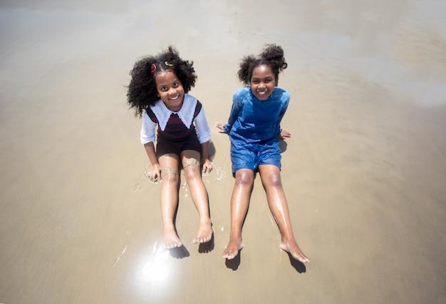 해변에서 모래 위를 달리는 아이들