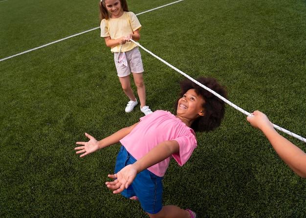 一緒に遊んでいる子供たちがクローズアップ