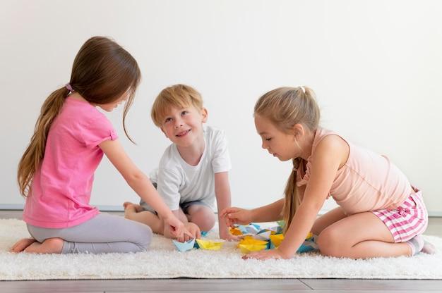 Bambini che giocano insieme a tutto campo