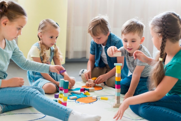 Дети играют вместе в детском саду
