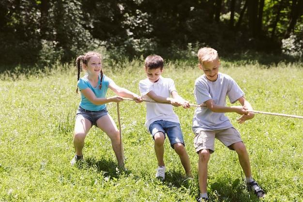 綱引きをしている子供たち