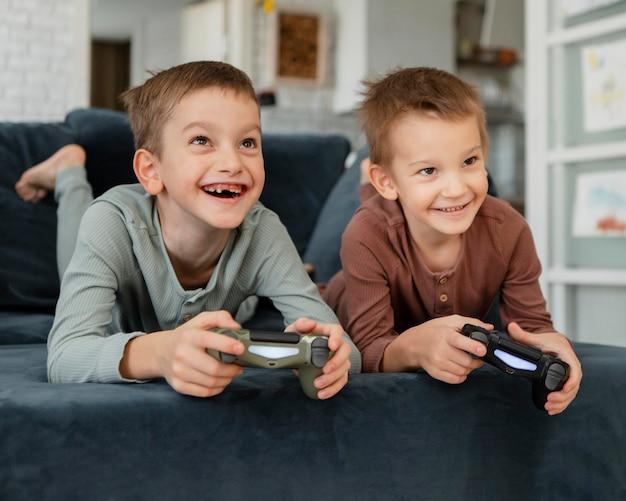 コントローラーで遊ぶ子供たち