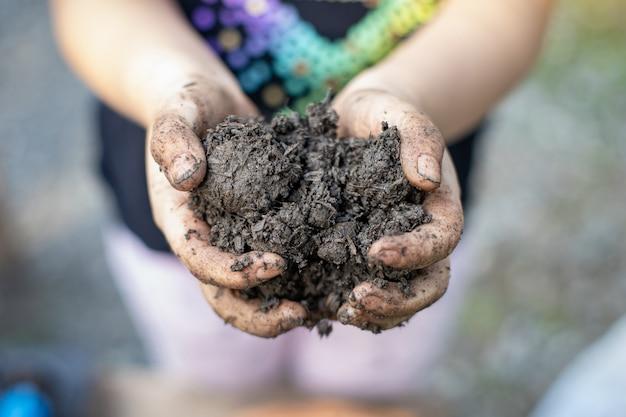 粘土泥で遊ぶ子供たち