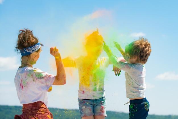 ホーリーペイントパーティーで色の子供たちのホーリー祭を祝う色の子供たちと遊ぶ子供たち