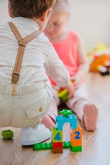 Дети играют со строительными игрушками
