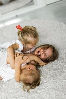 Дети бесятся, братья и сестры проводят время вместе, обнимаются, смеются.