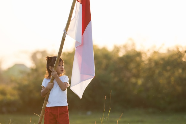 Дети поднимают индонезийский флаг