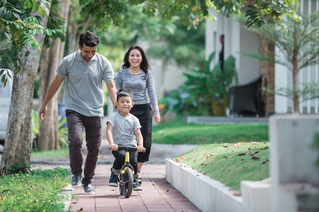 子供たちは父親の自転車に乗る