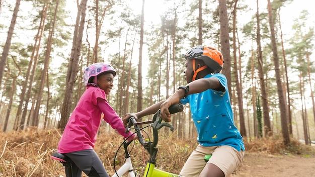 森の中で自転車に乗る子供たち