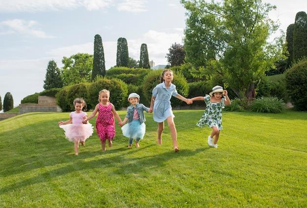 Bambini che corrono in giardino