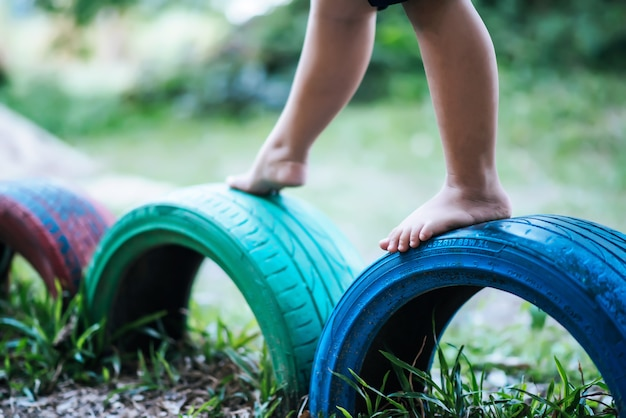 놀이터에서 타이어를 달리는 아이들.