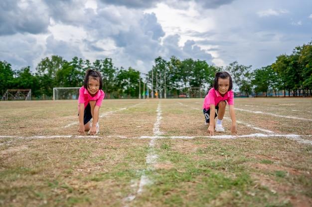 夏のスポーツシーズンにレースを実行している子供たち