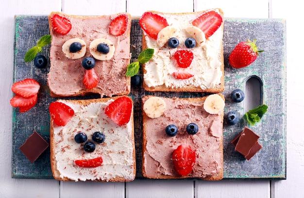 Детские бутерброды с творогом и ягодами, вид сверху