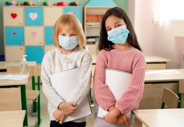 Bambini a scuola durante il concetto covid