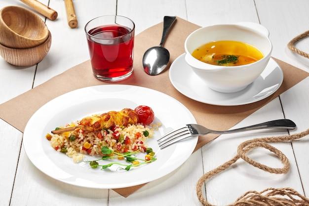 야채와 닭 꼬치 베리 음료와 고기 국물 밥의 어린이 세트 점심