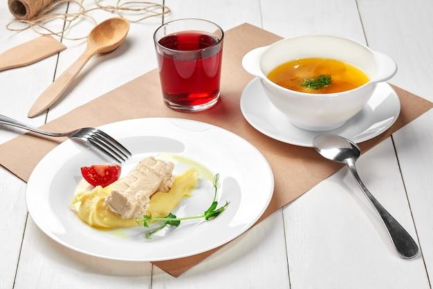 치킨 패티 베리 설탕에 절인 과일과 야채 스프 으깬 감자의 어린이 세트 점심
