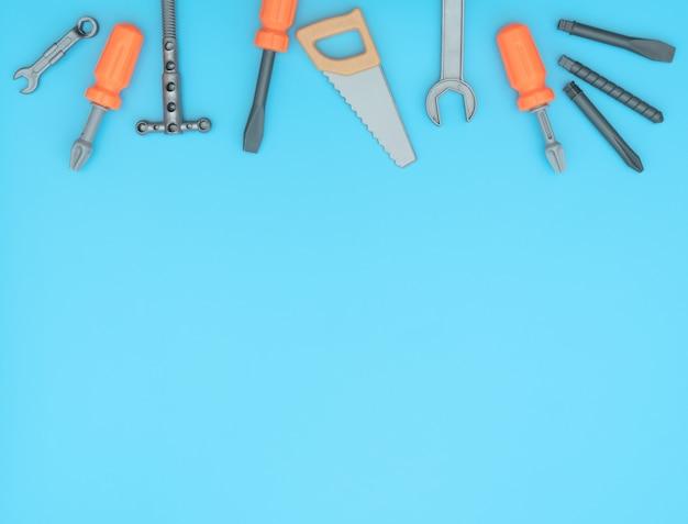青い背景の作業ツールの子供たちのセット