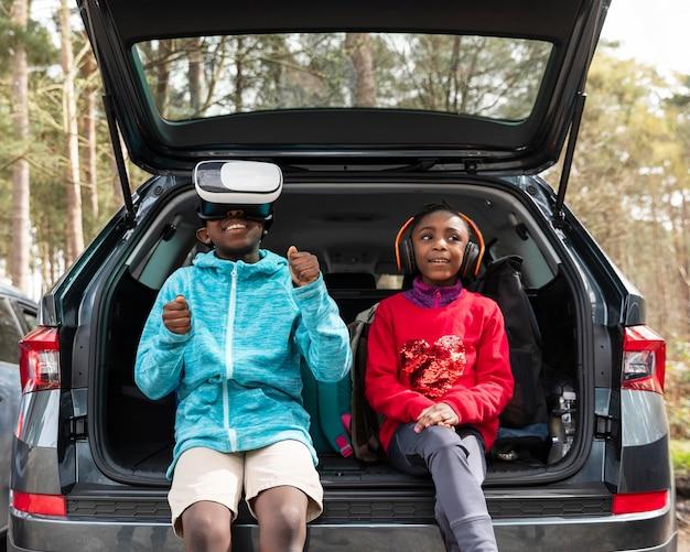 孩子们坐在汽车后备箱里