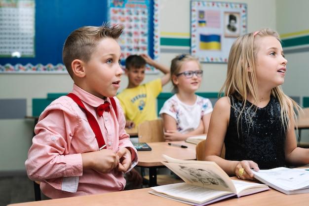 Bambini seduti alla lezione in classe