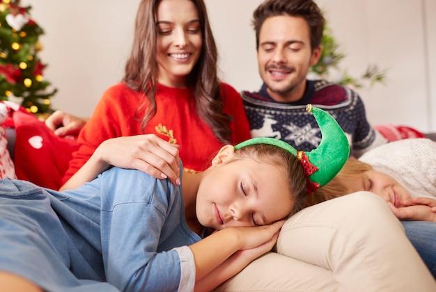 親の膝の上で寝ている子供たち