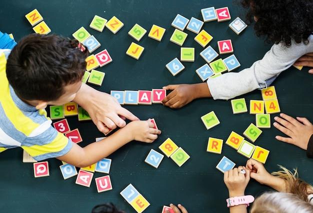 알파벳 블록으로 단어를 철자하는 아이들