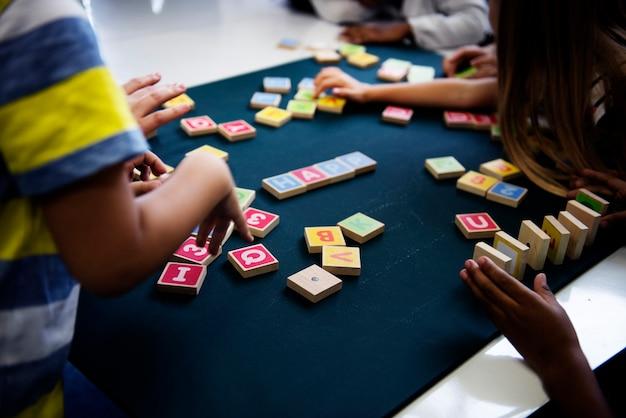子供たちがアルファベットブロックで単語を綴る