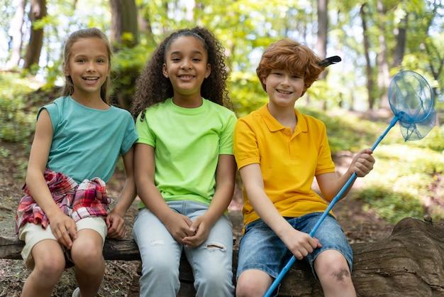 I bambini trascorrono del tempo insieme nella natura