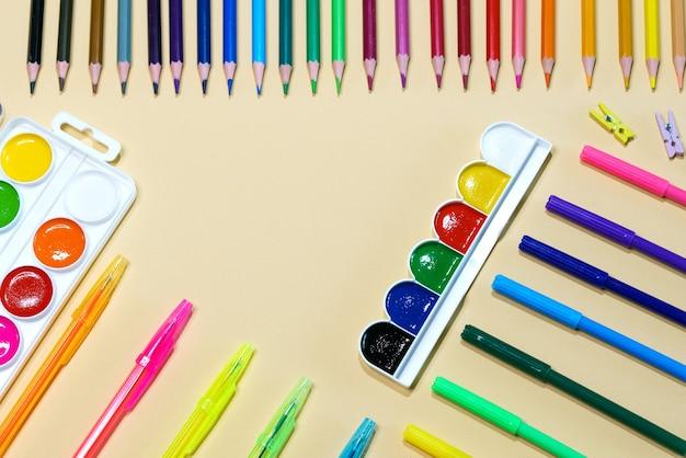 Детские канцелярские принадлежности для обучения искусству рисования флага равенства или лгбт-гей-парада или концепции красивой жизни
