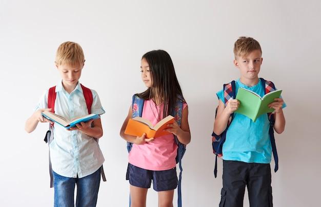 다가오는 수업을 위해 열심히 공부하는 아이들