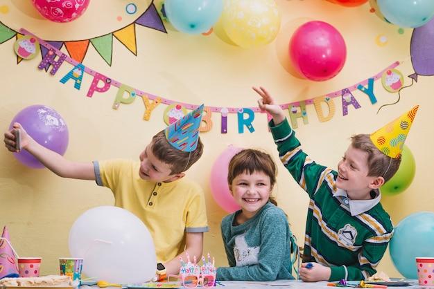 誕生日パーティーでセルフをする子供たち