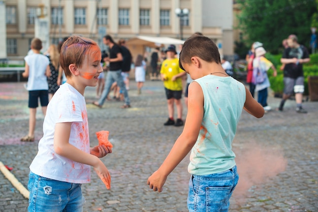 다채로운 가루를 공중에 던지는 아이들. 홀리 축제. holi 축제 기간 동안 즐거운 시간을 보내는 친구들.
