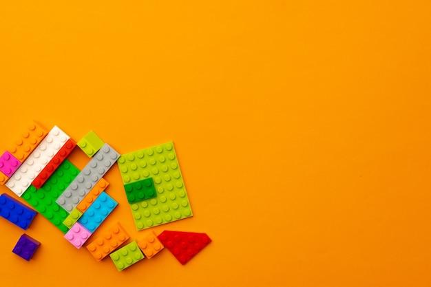 흩어져있는 어린이 장난감 생성자 세부 정보